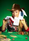 La muchacha con una barba juega el póker foto de archivo libre de regalías