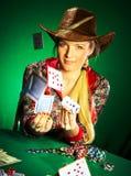 La muchacha con una barba juega el póker imagen de archivo
