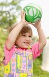 La muchacha con una bola Fotografía de archivo