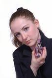 La muchacha con una botella de perfume en la mano Foto de archivo libre de regalías