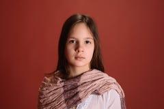 La muchacha con una bufanda alrededor de su cuello Fotografía de archivo libre de regalías