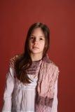 La muchacha con una bufanda alrededor de su cuello Imagenes de archivo