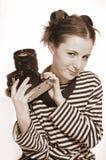La muchacha con una cámara vieja en una mano Fotos de archivo libres de regalías
