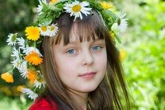 La muchacha con una guirnalda Imagenes de archivo