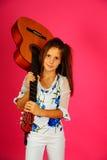 La muchacha con una guitarra Imagen de archivo libre de regalías