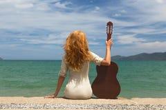 La muchacha con una guitarra Fotografía de archivo libre de regalías