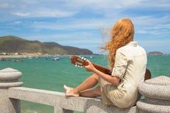 La muchacha con una guitarra Foto de archivo