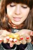 La muchacha con una hoja del otoño. Fotografía de archivo libre de regalías