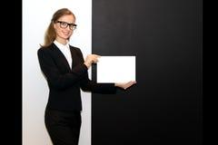 La muchacha con una hoja limpia en manos Fotografía de archivo