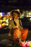 La muchacha con una linterna, foto de archivo