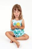 La muchacha con una manzana en manos Imagen de archivo
