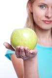 La muchacha con una manzana verde Foto de archivo libre de regalías