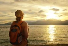 La muchacha con una mochila sueña con viaje Imagenes de archivo
