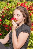 La muchacha con una rosa en el jardín imágenes de archivo libres de regalías