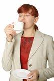 La muchacha con una taza blanca en una mano. Imágenes de archivo libres de regalías