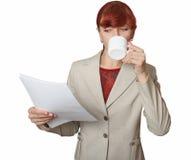 La muchacha con una taza blanca en una mano. Fotografía de archivo libre de regalías