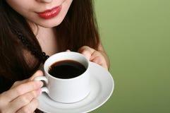 La muchacha con una taza de café. Fotografía de archivo