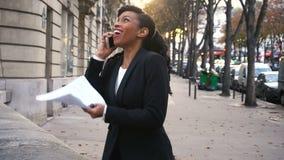 La muchacha concentrada que hablaba en mujer de negocios móvil, joven negoció trato con la compañía grande metrajes