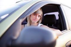 La muchacha conduce el coche Imagen de archivo