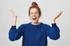 La muchacha confiada finalmente lo hizo y ganó Retrato de celebrar a la mujer atractiva emocionada con el pelo del jengibre en su Foto de archivo libre de regalías