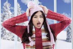 La muchacha confusa con invierno viste en casa Fotografía de archivo libre de regalías
