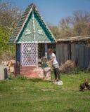 La muchacha consigue a agua de bien adentro el pueblo en Ucrania Fotografía de archivo libre de regalías