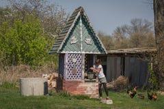 La muchacha consigue a agua de bien adentro el pueblo en Ucrania Imagenes de archivo
