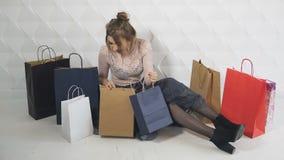 La muchacha consigue emocionada sobre compras almacen de metraje de vídeo