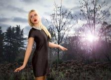 La muchacha consigue perdido en el bosque melancólico Foto de archivo