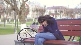 La muchacha consigue un mensaje triste y llora metrajes