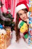 La muchacha consigue un regalo de Navidad Foto de archivo libre de regalías
