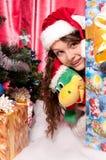 La muchacha consigue un regalo de Navidad Fotografía de archivo libre de regalías