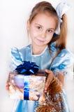 La muchacha consigue un regalo de Navidad Fotos de archivo