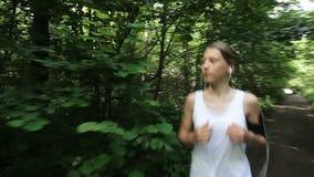 La muchacha corre en el camino en un campo metrajes