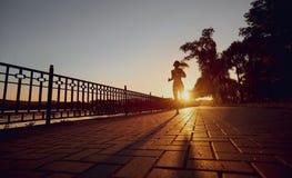 La muchacha corre en parque Imagenes de archivo