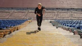 La muchacha corre encima de las escaleras almacen de metraje de vídeo