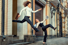La muchacha corre feliz con la oficina hecha frente con una novia Imagen de archivo libre de regalías