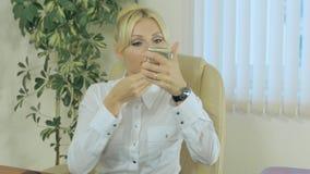 La muchacha corrige maquillaje en el trabajo almacen de video