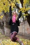 La muchacha cuelga en un árbol Imágenes de archivo libres de regalías
