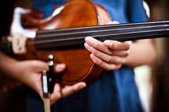 La muchacha da el violín de la explotación agrícola Foto de archivo libre de regalías