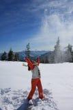 La muchacha da para arriba nieve hacia arriba Fotos de archivo
