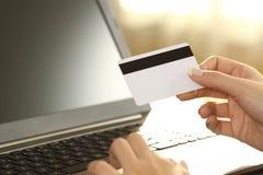 La muchacha da sostener la tarjeta de crédito y la compra en línea fotografía de archivo libre de regalías