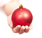 La muchacha da un regalo de los christmass Imagen de archivo