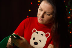 La muchacha da vuelta al árbol de navidad verde hecho de tela Foto de archivo