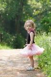 Muchacha de 3 años en un bosque Fotos de archivo