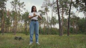 La muchacha de Archer cubre su rodillo-vendaje de la mano almacen de metraje de vídeo