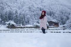 La muchacha de Asia adentro Shirakawa-va área del pueblo fotos de archivo
