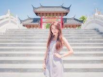 La muchacha de Asia en templo Foto de archivo libre de regalías