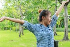 La muchacha de Asia se relaja en parque Imagen de archivo