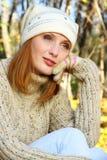 La muchacha de Brown en el bosque del otoño está pensando Fotografía de archivo